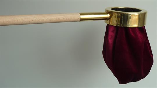 Klingelbeutel, rot,  mit Holzstab