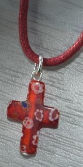 Kreuz rot mit Lederband